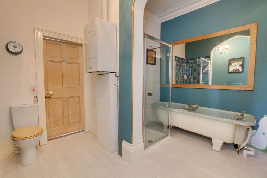 Yannon towers holiday rental bathroom